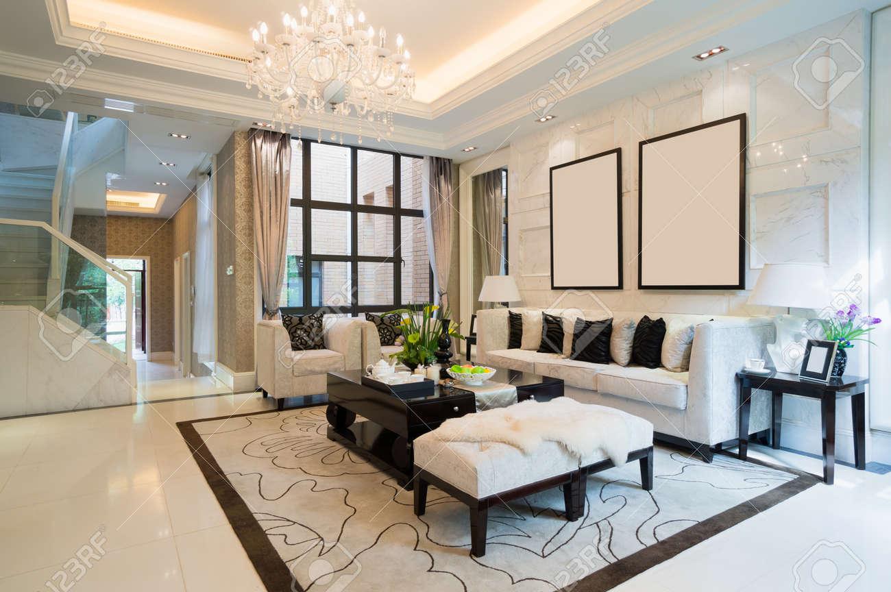 Luxus Wohnzimmer Mit Schöner Dekoration Standard Bild   24370341