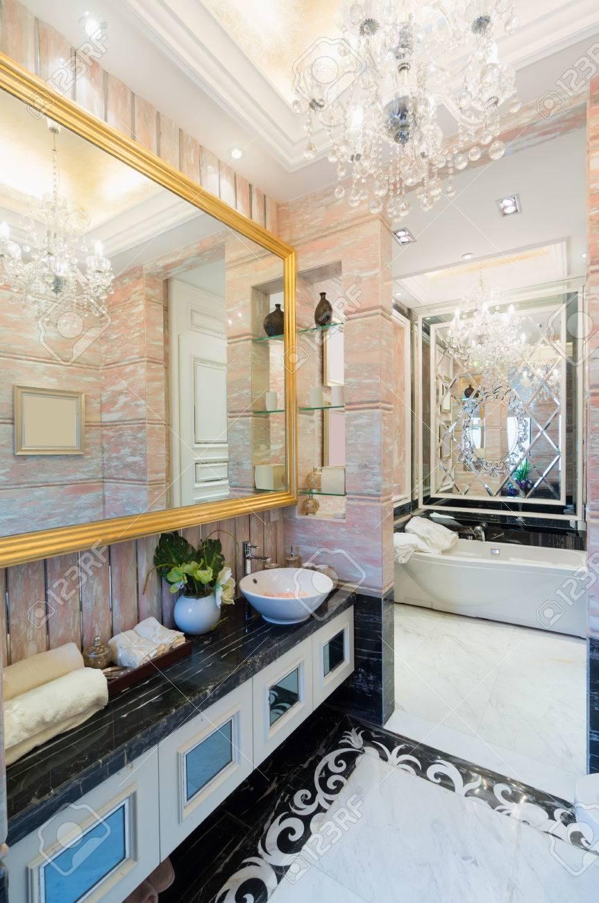 Lyxigt badrum med handfat hylla och spegel royalty fria stockfoton ...