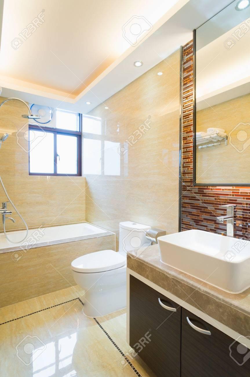 Moderno cuarto de baño con una bonita decoración