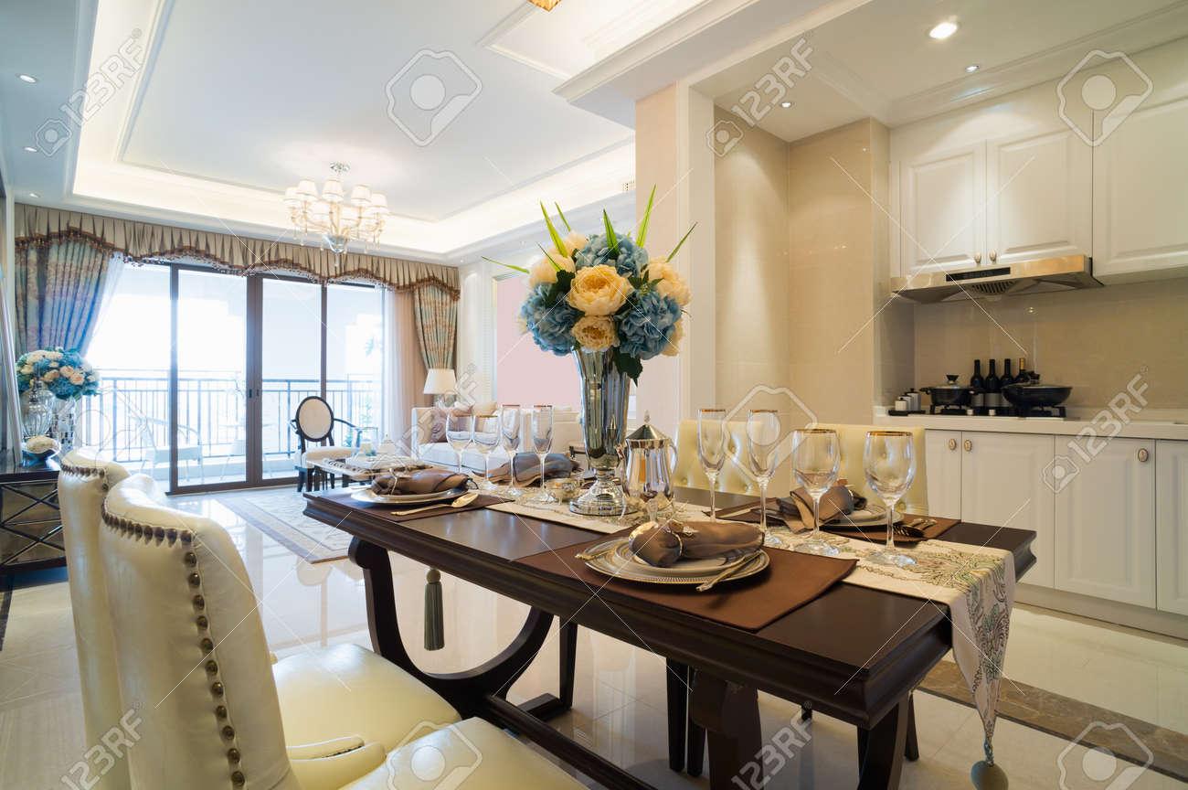 Luxus Esszimmer Mit Schonen Dekoration Und Mobel Lizenzfreie Fotos