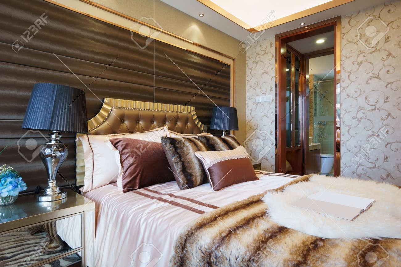 Luxe slaapkamer met een mooie decoratie royalty vrije foto