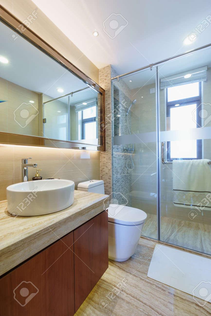 Modernt badrum med spegel, skåp, handfat och toalett royalty fria ...