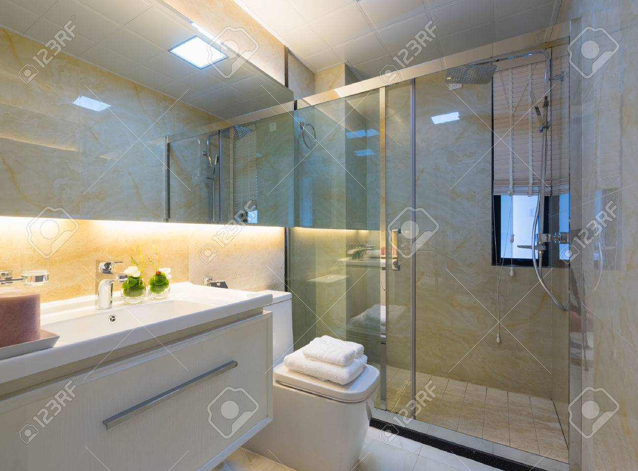 Modernes Bad Mit Schöner Dekoration Standard Bild   39461264