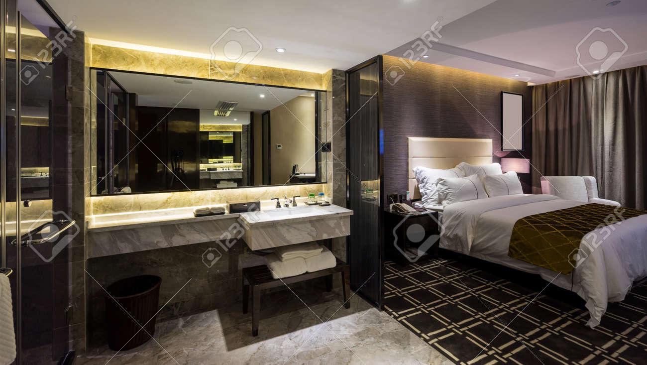 luxury hotel bedroom with nice decoration Standard-Bild - 45457323