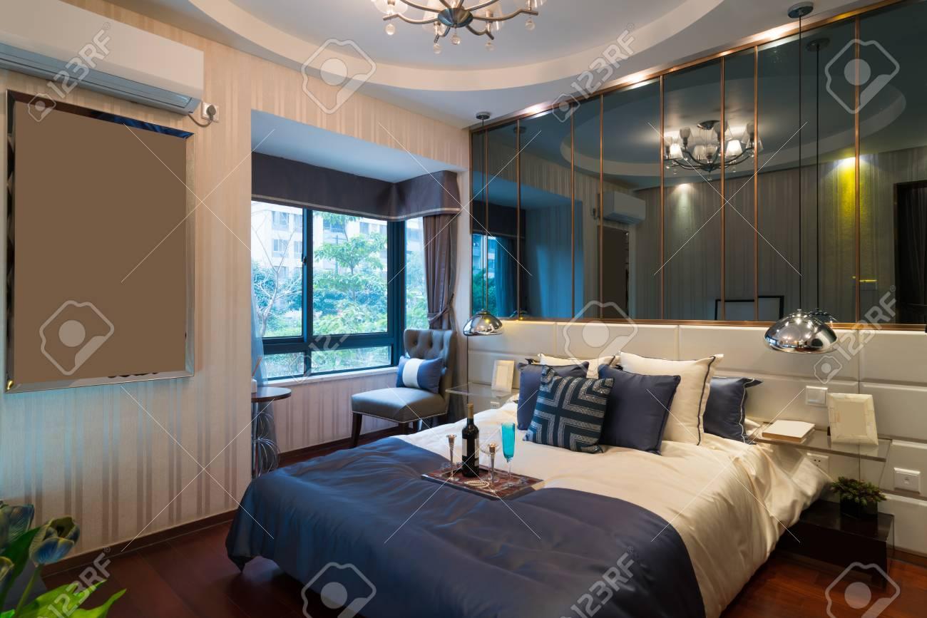 Decorazione Camere Da Letto : La bella camera da letto con la decorazione di lusso foto royalty