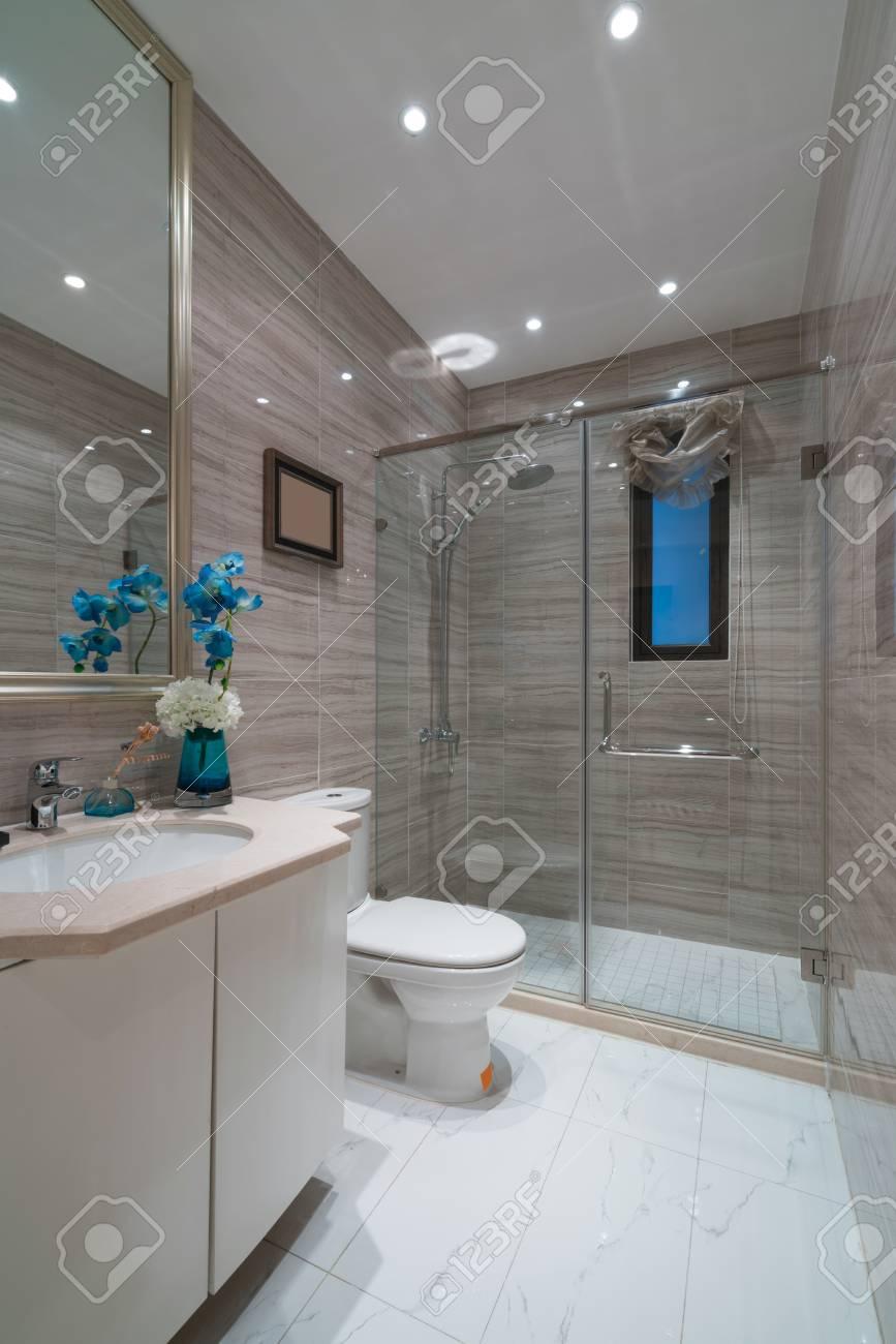 El cuarto de baño moderno con una bonita decoración