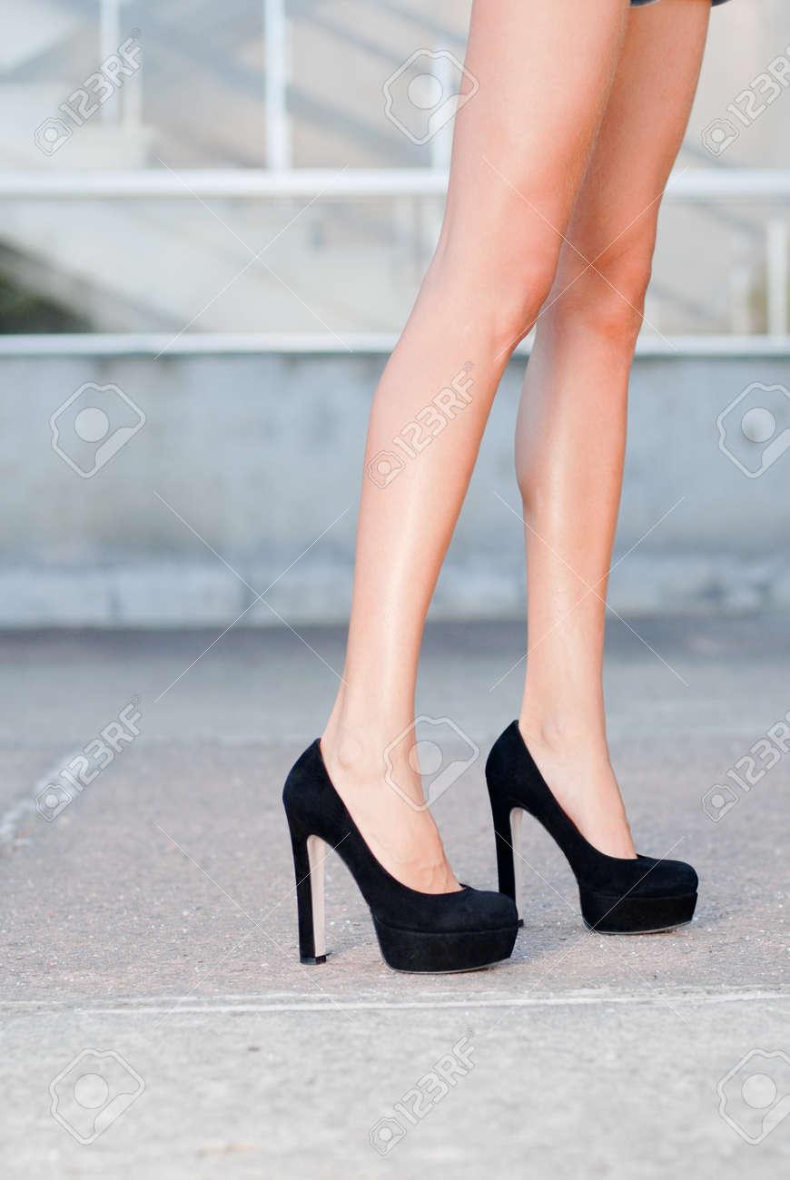 41714f74b599bf Schöne seidige Beine in schwarzen High Heels Schuhe Freien Nahaufnahme  Standard-Bild - 18024849