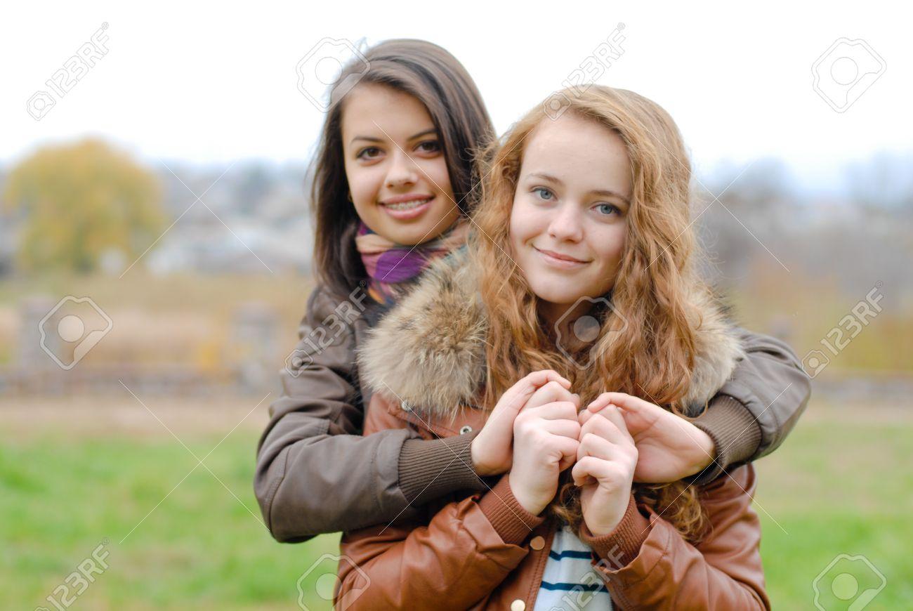 Dos Mejores Amigas Jóvenes Adolescentes Mujeres Femeninas Que