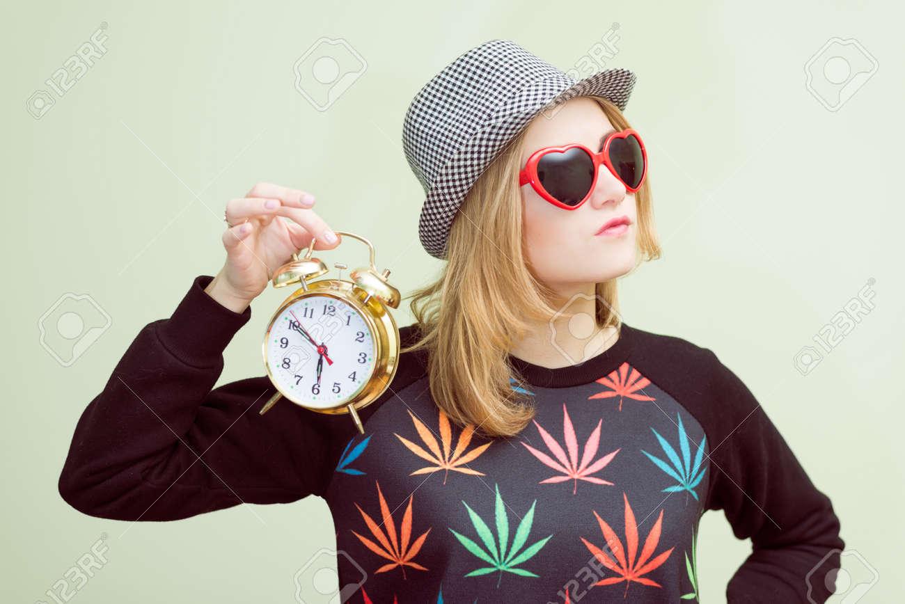 Studio Portrait Von Teenager Madchen Mit Trendigen Hippie Brille Und