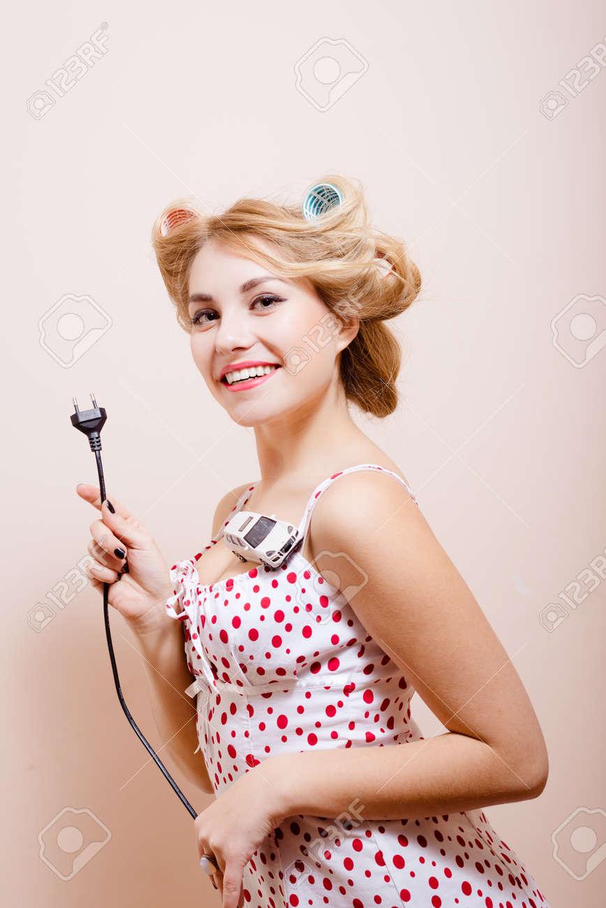 Pin Électronique Housewife Des Voiture Démonstration Up Et Souriant Jouet Le Chargement EnfantsGirl Posant Pour De In Robe Blanche MVLpSUzqG