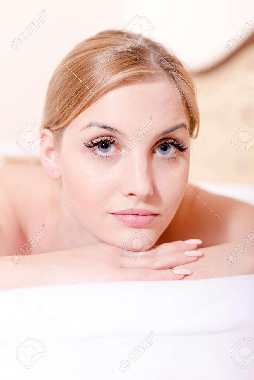 lower price with new york new styles Donna abbastanza bionda del ritratto con gli occhi azzurri durante le  procedure di massaggio della stazione termale in salone