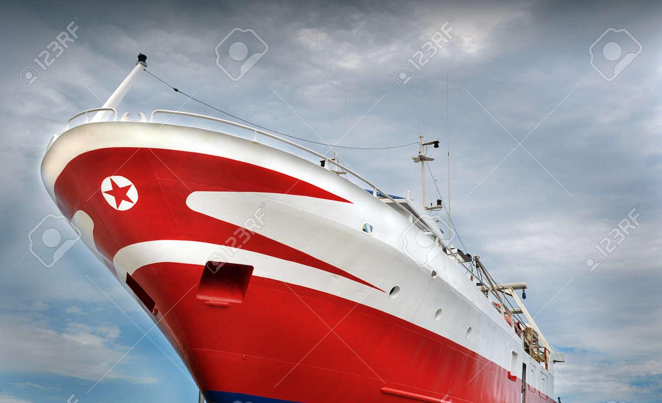 先端に赤い星船の船首 ロイヤリ...