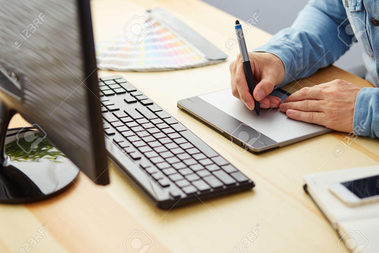 büro für grafikdesigner berlin grafikdesigner auf einer digitalen tablette arbeitet im büro standardbild 45249198 auf einer digitalen arbeitet im