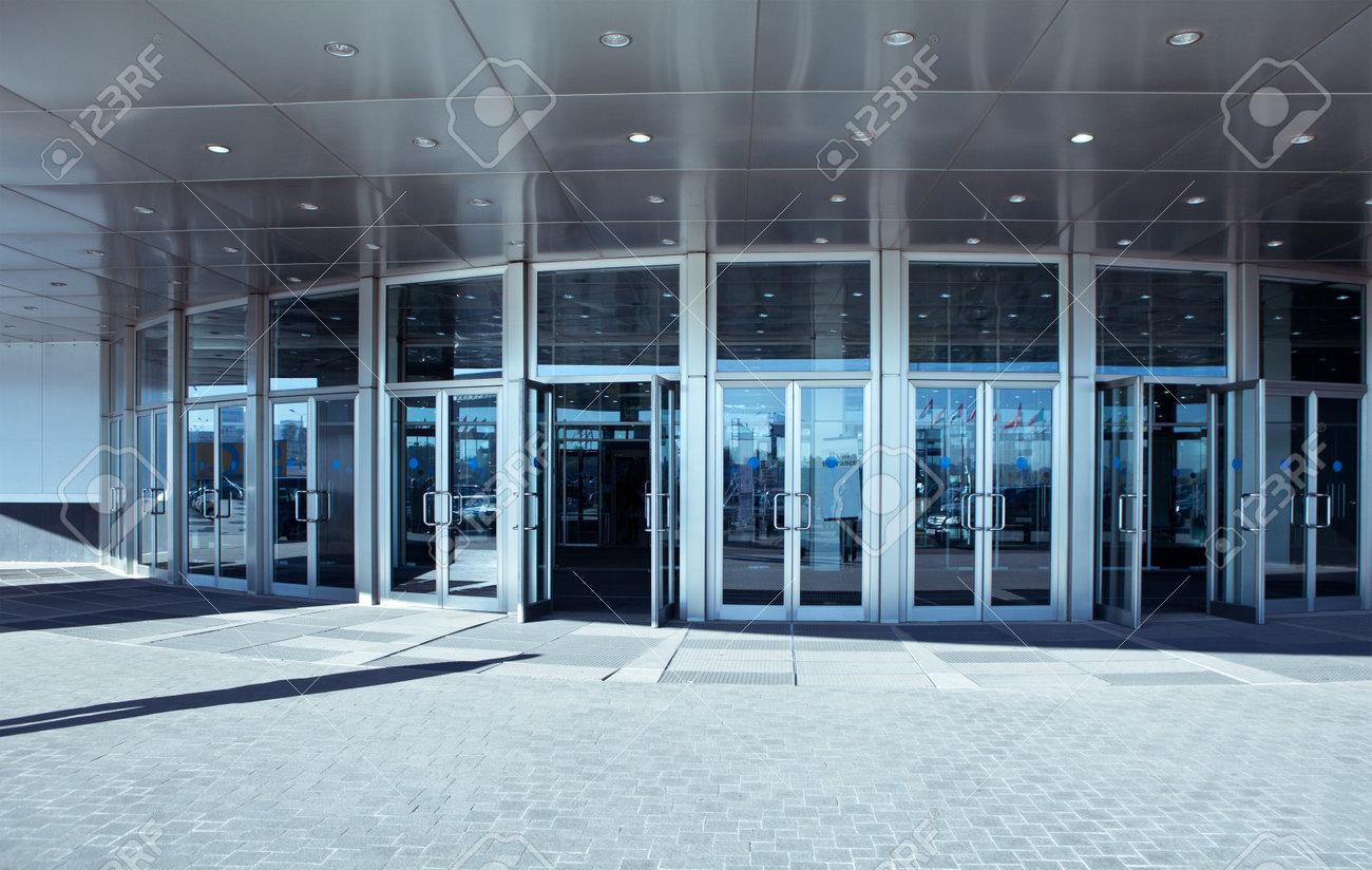 L entrée du bureau moderne l acier et l architecture de verre