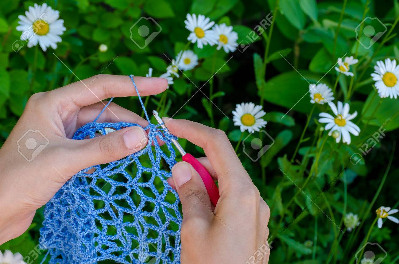Weibliche Hände Häkeln Blau Baumwollgarn Durchbrochene Gewebe Auf ...