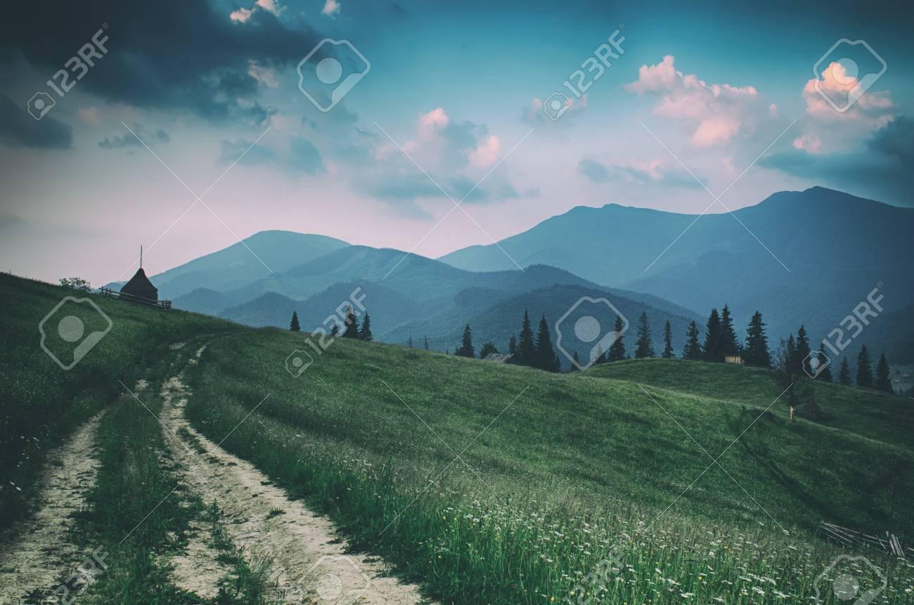 Summer mountain landscape Banque d'images - 89444204