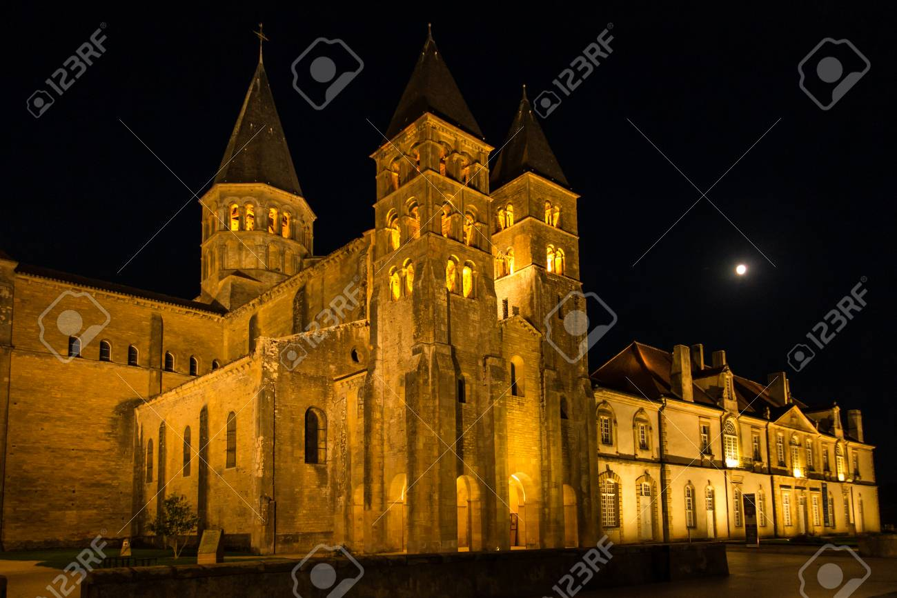 Architecte Paray Le Monial the basilica du sacre coeur in paray-le-monial in night, france