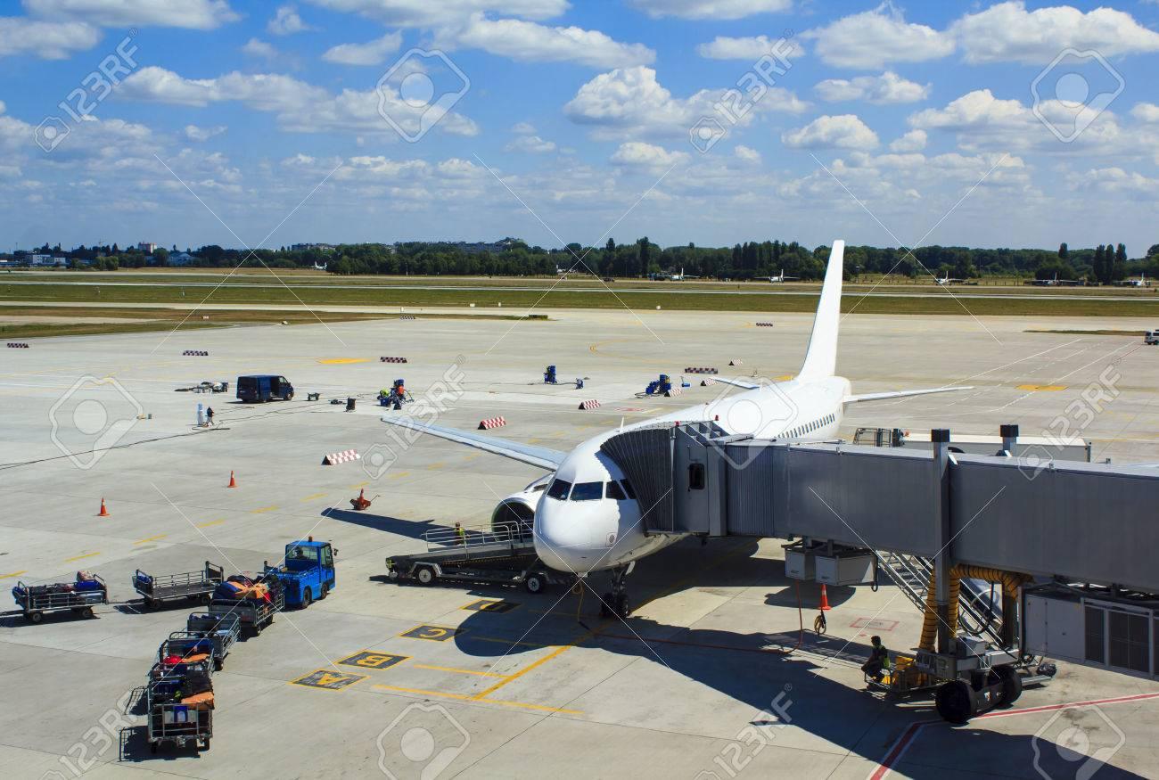 Aeroporto Kiev : Airplane stationary at boryspil airport kiev stock photo picture