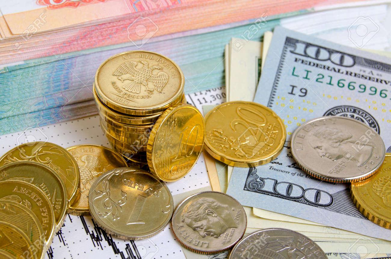 Münzen Verschiedener Länder Auf Dollar Scheine Lizenzfreie Fotos
