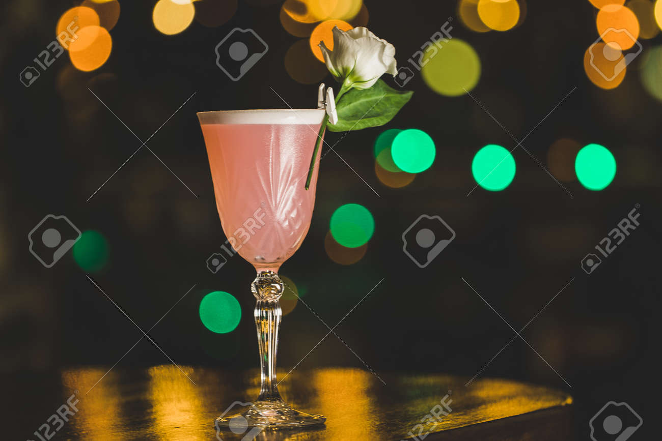 Nice summer cocktails in the bar - 155783394