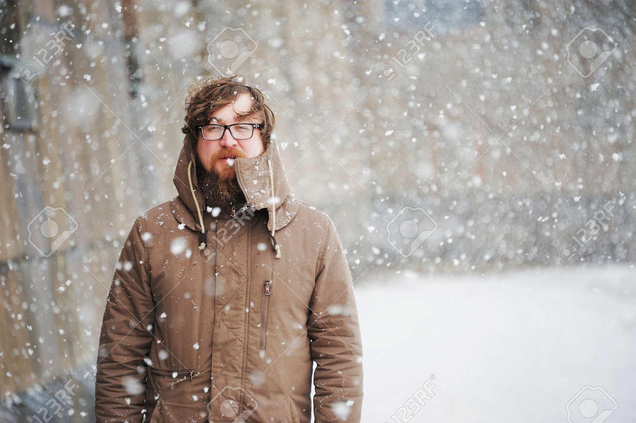 9d99e2d212b Foto de archivo - Hombre grande con una barba y gafas en ropa de invierno  disfruta de la nieve