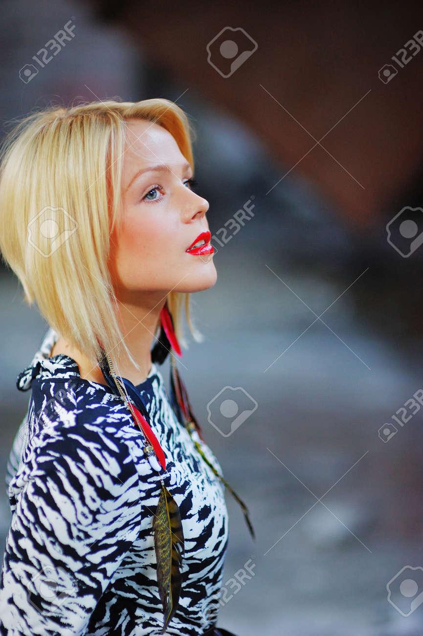 74b00e535 Foto de archivo - Retrato de jóvenes delgadas perky chicas rubias en manchado  vestido blanco y negro sobre fondo borroso