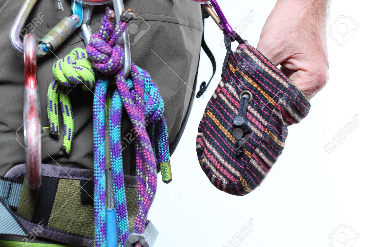 Kletterausrüstung Zug : Einige kletterausrüstung mit der hand in chalkbag lizenzfreie fotos