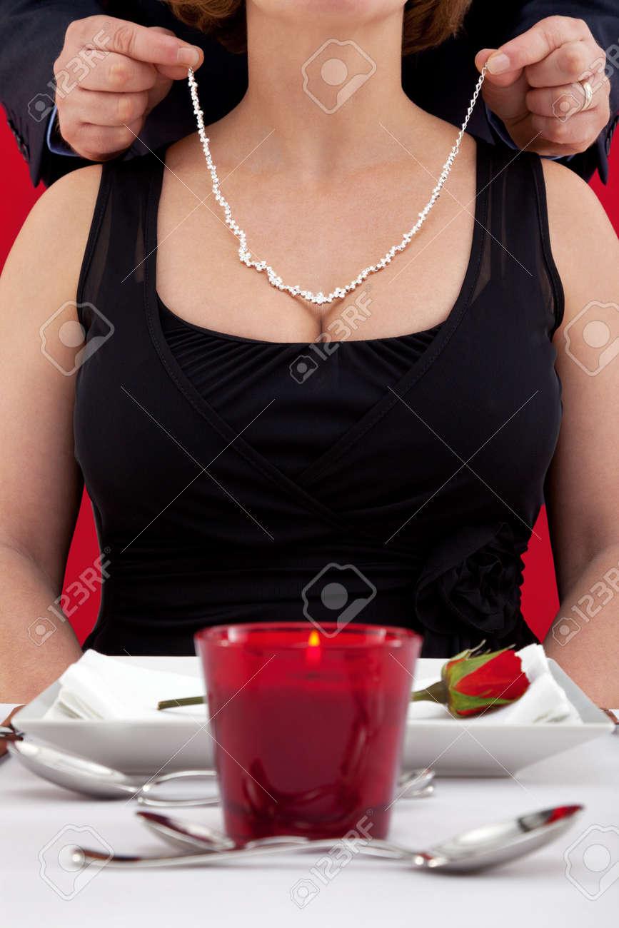 collier femme autour du cou