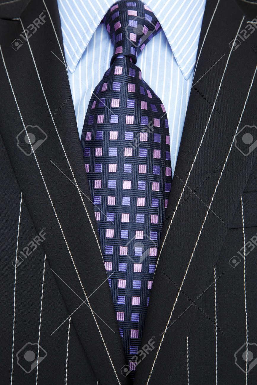 sortie en vente prix abordable mode designer Photo d'un costume noir à fines rayures bleues avec chemise rayée et  cravate mauve et bleu à motifs