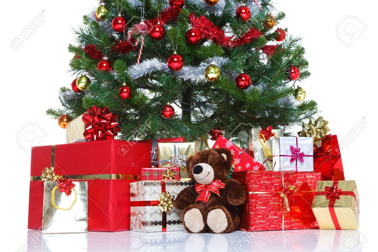 decoracin del rbol de navidad con bolas y oropel rodeadas de regalos envueltos para regalo y
