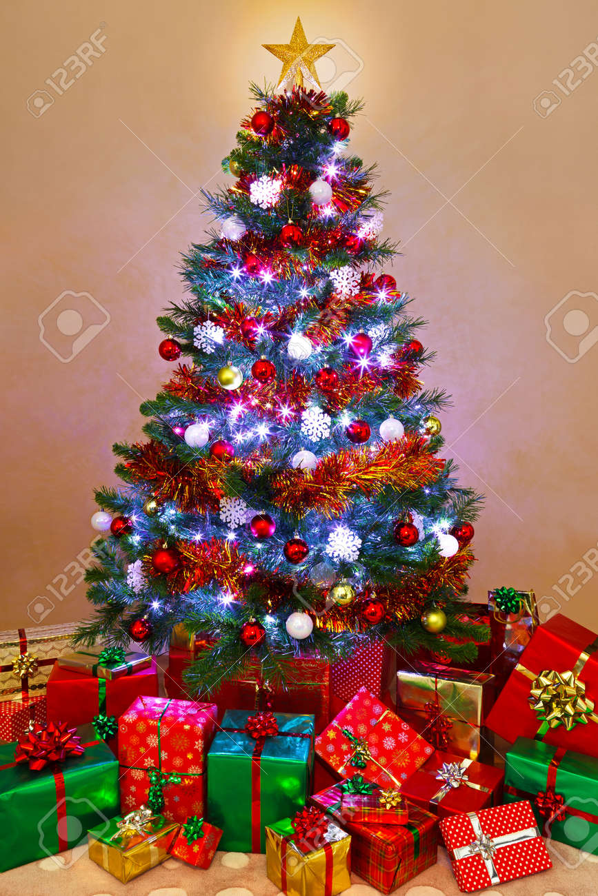 Christmas great tree with presents and lights foto