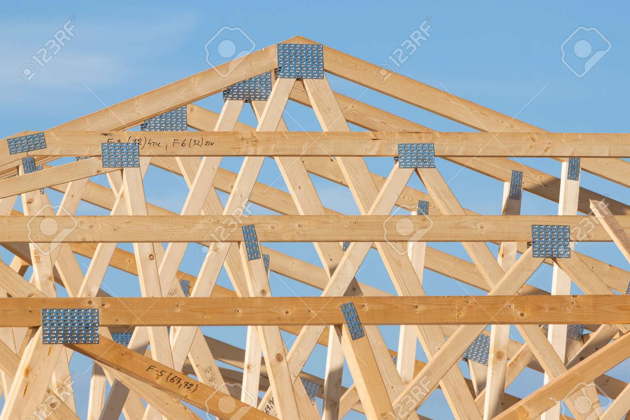 Nueva Construcción De Casa Encuadre Sobre El Cielo Azul Fotos ...