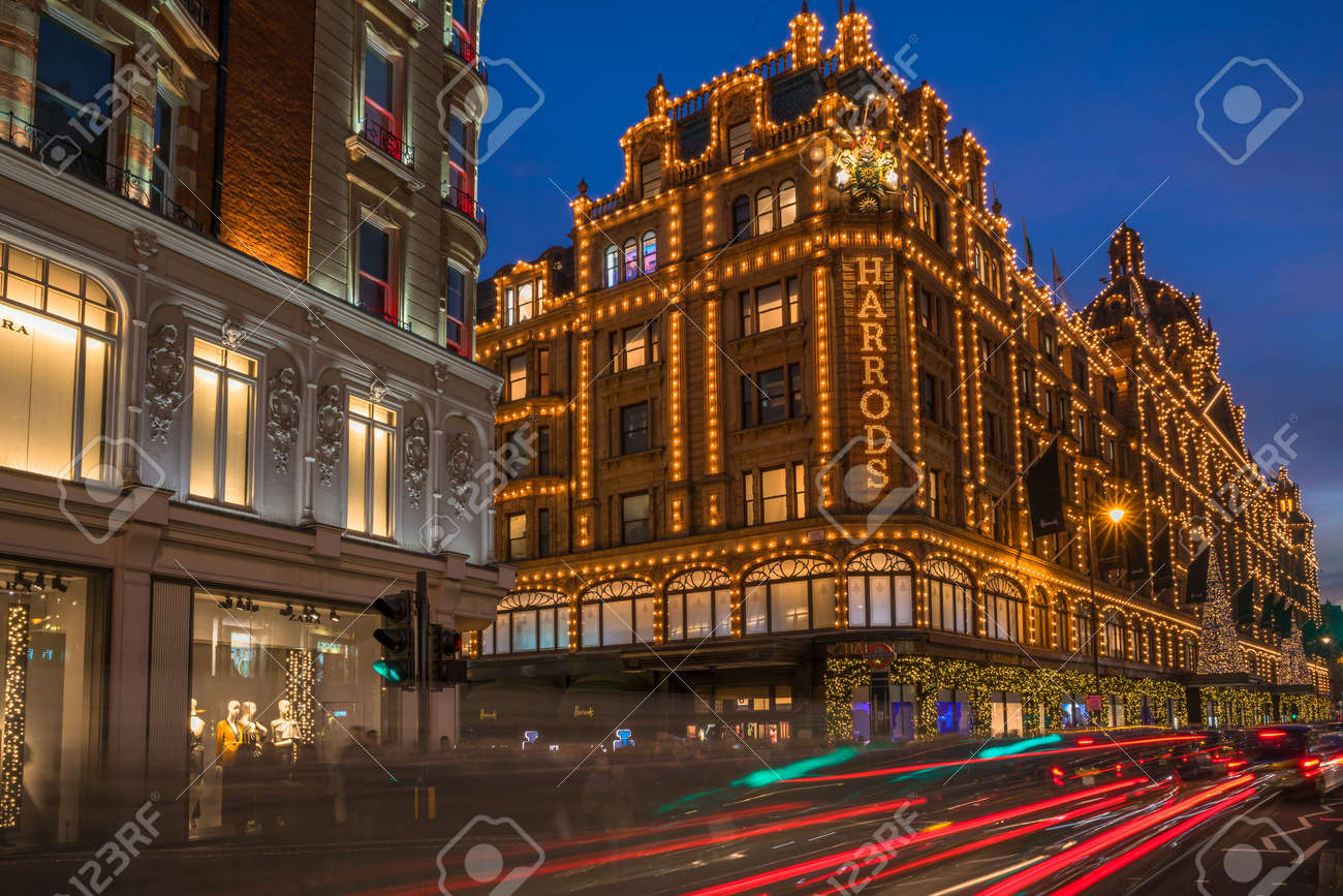 Decorazioni Natalizie Londra 2019.Londra 26 Novembre 2016 Vista Di Harrods Con Decorazioni Natalizie Il Negozio Gia Di Proprieta Di Mohamed Al Fayed Poi Venduto A Qatar Holdings