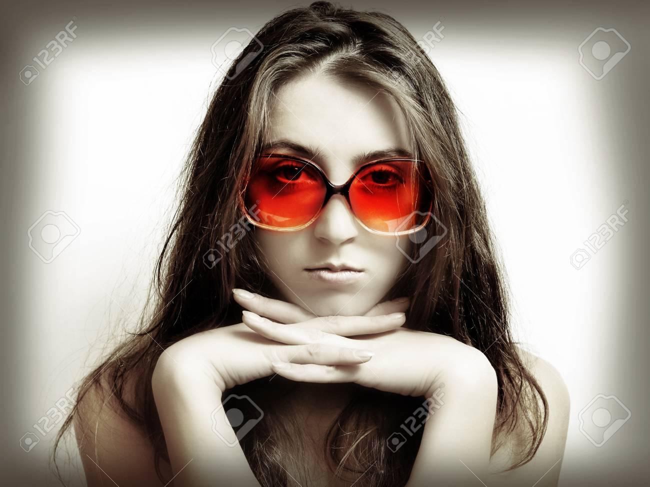 emballage élégant et robuste 2019 original capture La jeune fille à lunettes de soleil