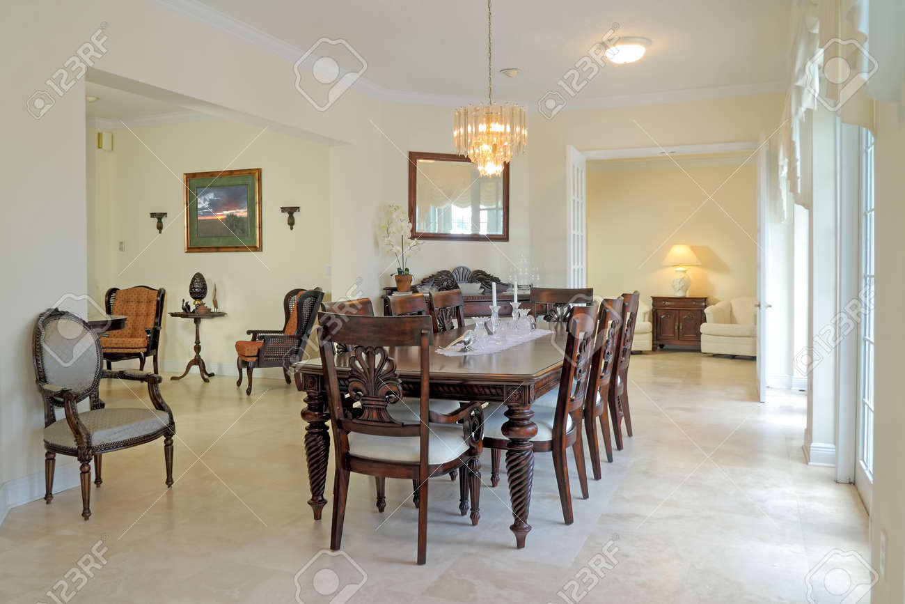 Vue D\'une Belle Salle à Manger Classique Riche Sol De Travertin ...