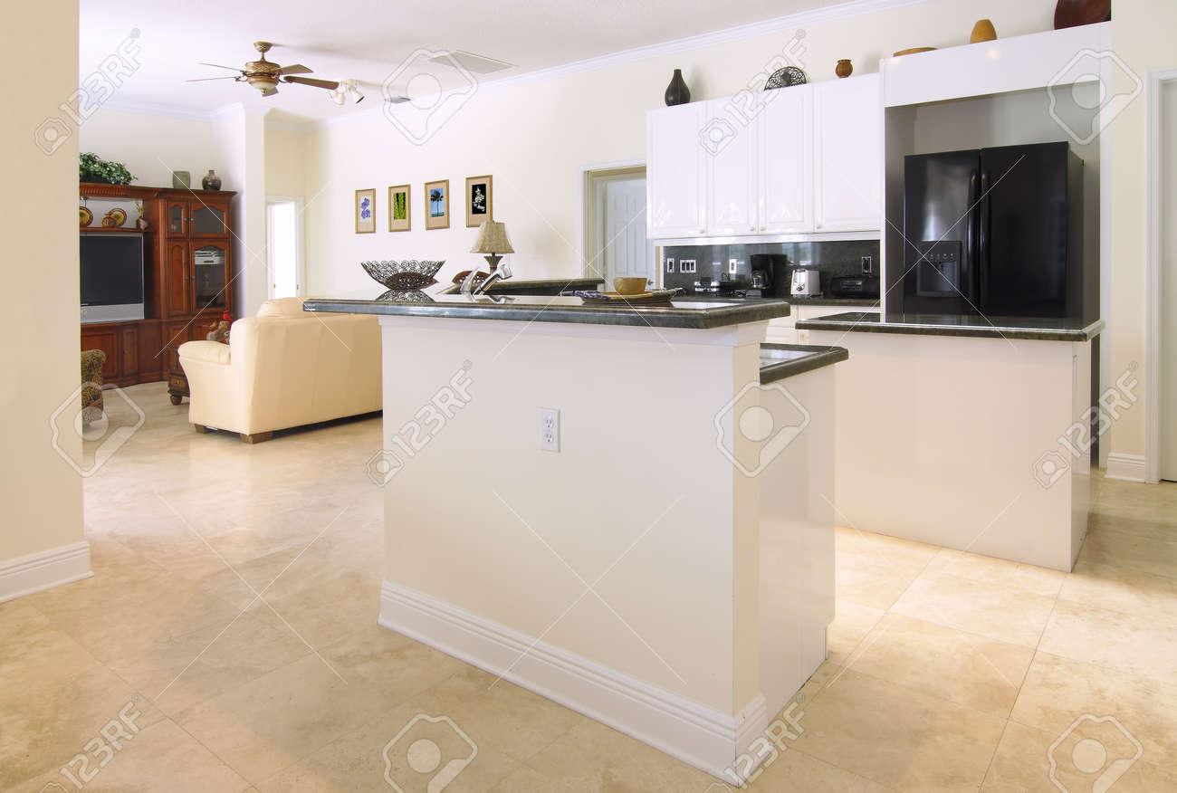 Fein Küche Aufkantung Mit Schwarzem Granit Und Kirsche Schränke ...