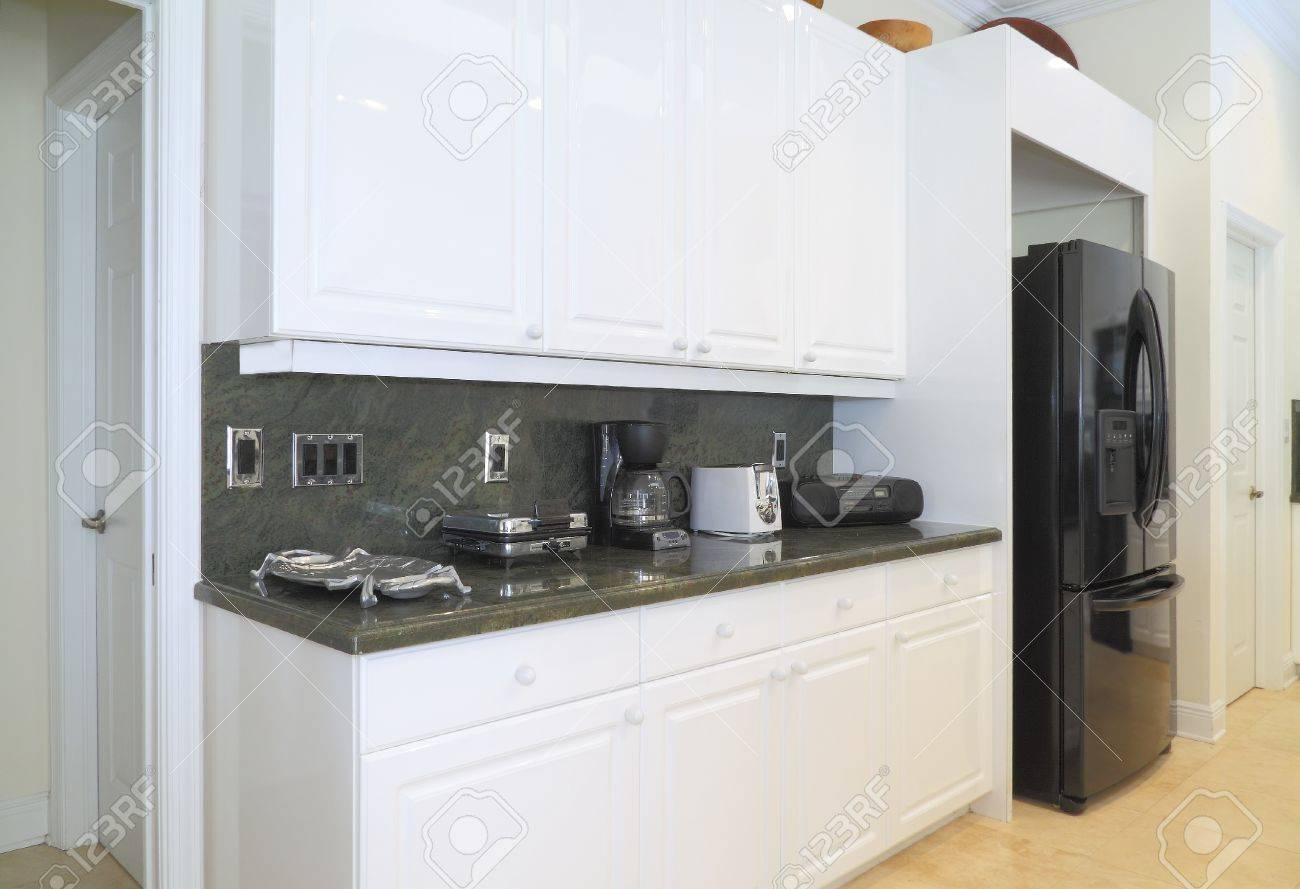 Gezicht Op Een Mooie Moderne Keuken Met Luxe Apparatuur, Witte ...