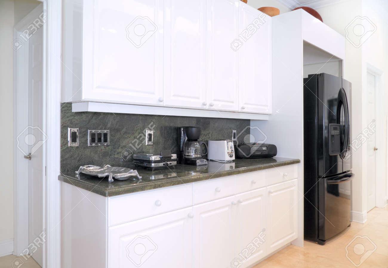 Vue d'une belle cuisine moderne avec des appareils haut de gamme ...