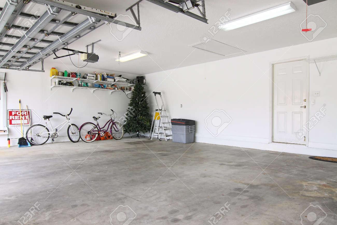Eine fast leere garage als stauraum für junk verwendet werden, die ...