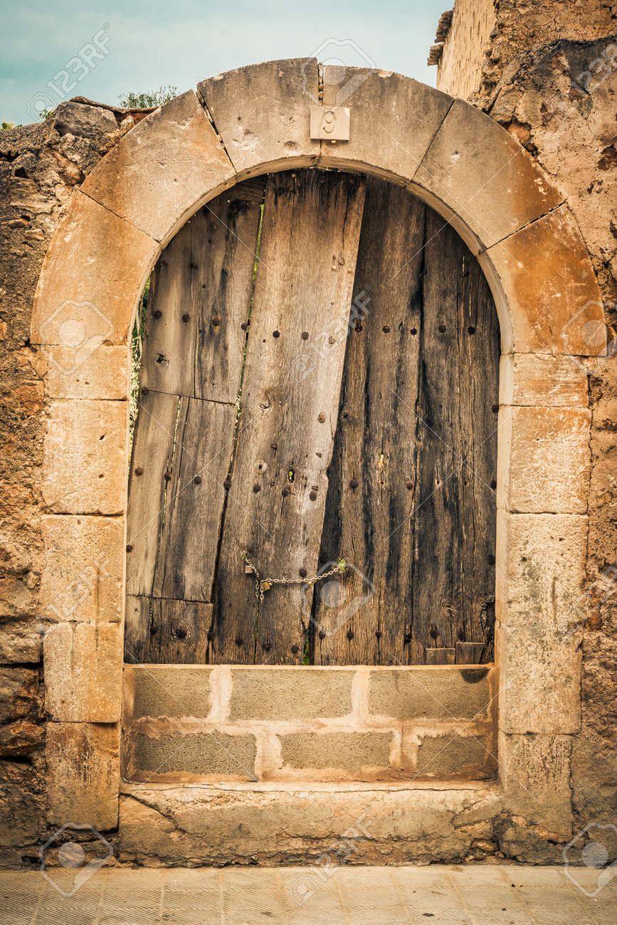 Destroyed wooden door in an old archway Stock Photo - 30883111 & Destroyed Wooden Door In An Old Archway Stock Photo Picture And ...