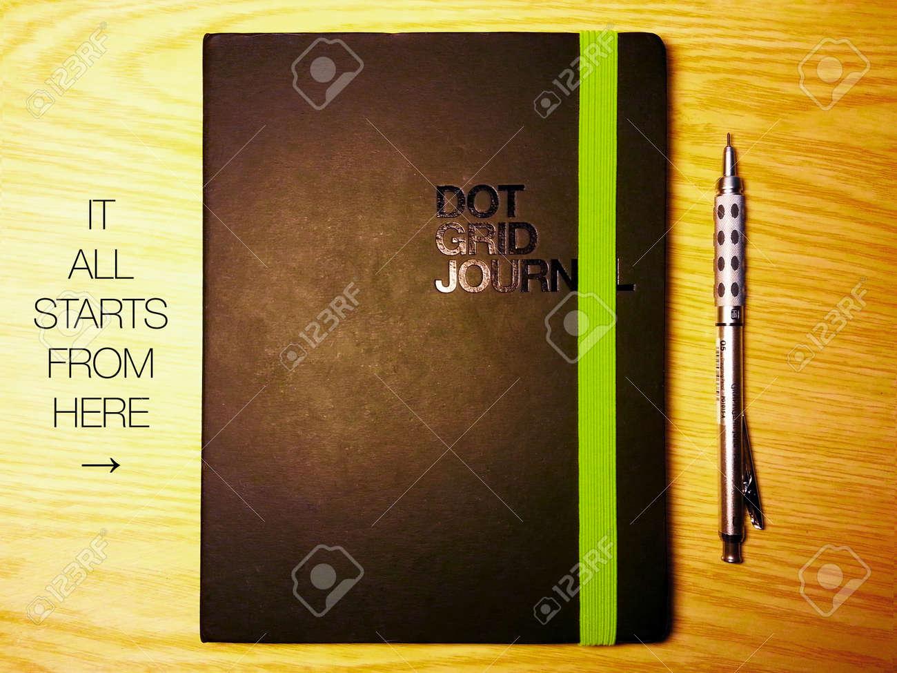 Diary sur le bureau en bois de hêtre avec un message et un crayon