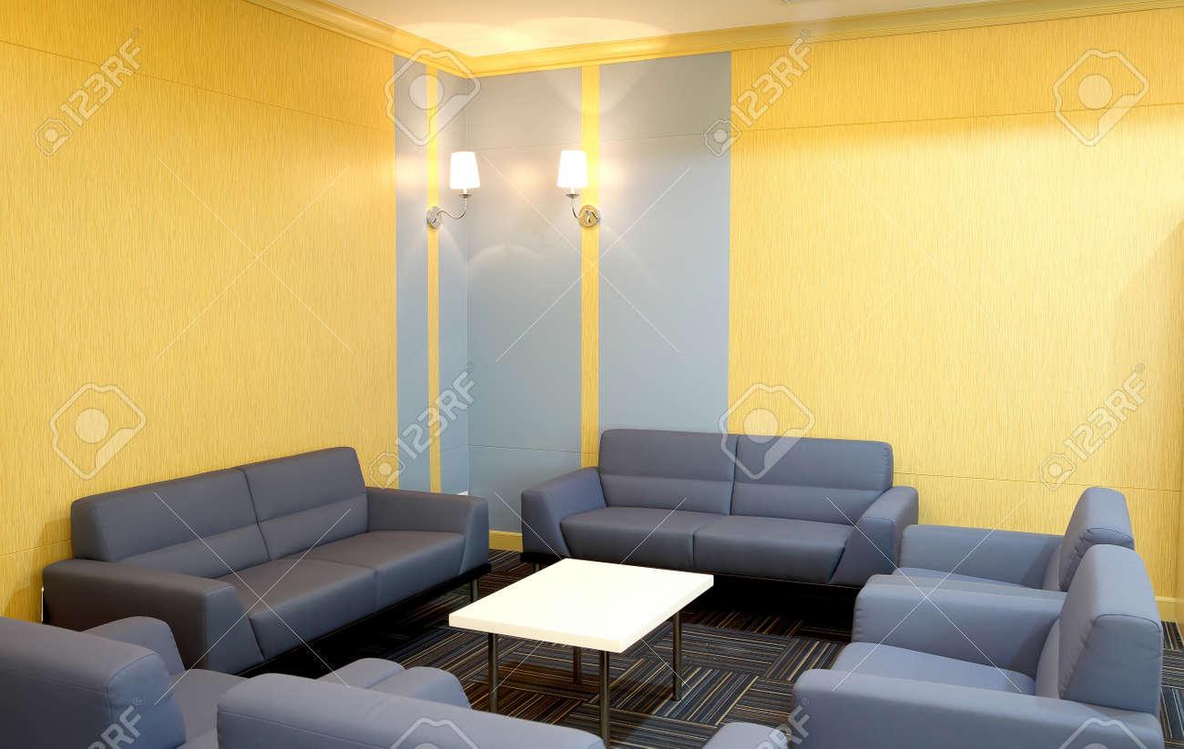 Trendy woonkamer   sofa, stoelen en tafels, allemaal in het blauw ...