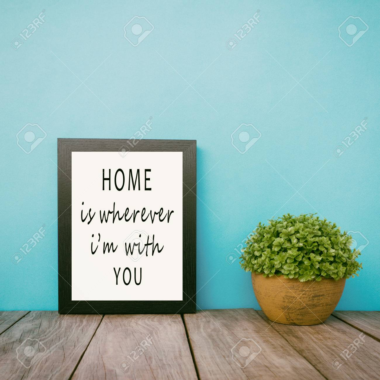 Citazioni Di Vita Motivazionali E Ispiratrici La Casa è Ovunque Io Sia Con Te Struttura E Pianta Con Priorità Bassa Blu Dentellare Stile Retro