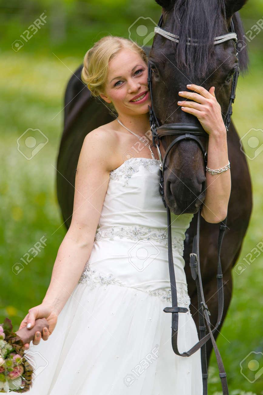 Die Braut Im Weissen Brautkleid Im Freien In Einer Bluhenden Wiese