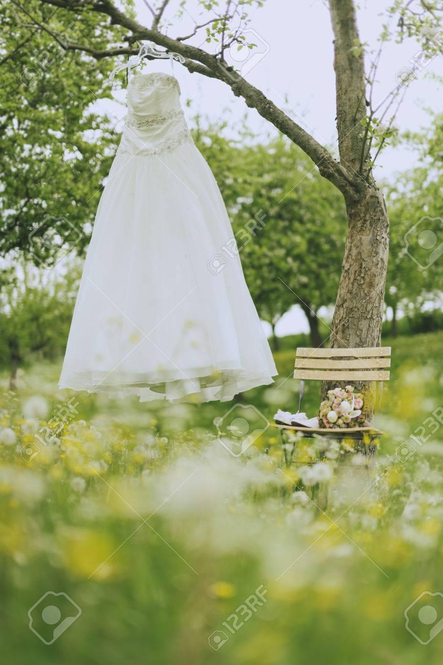 Stillleben Von Einer Ein Brautkleid Ein Baum Und Hochzeitsstrauss Und