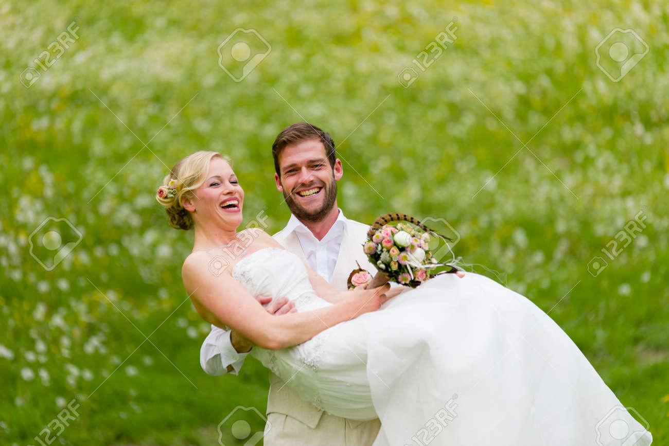Der Brautigam Sein Lautes Lachen Braut Das Eine Bunte Brautstrauss In