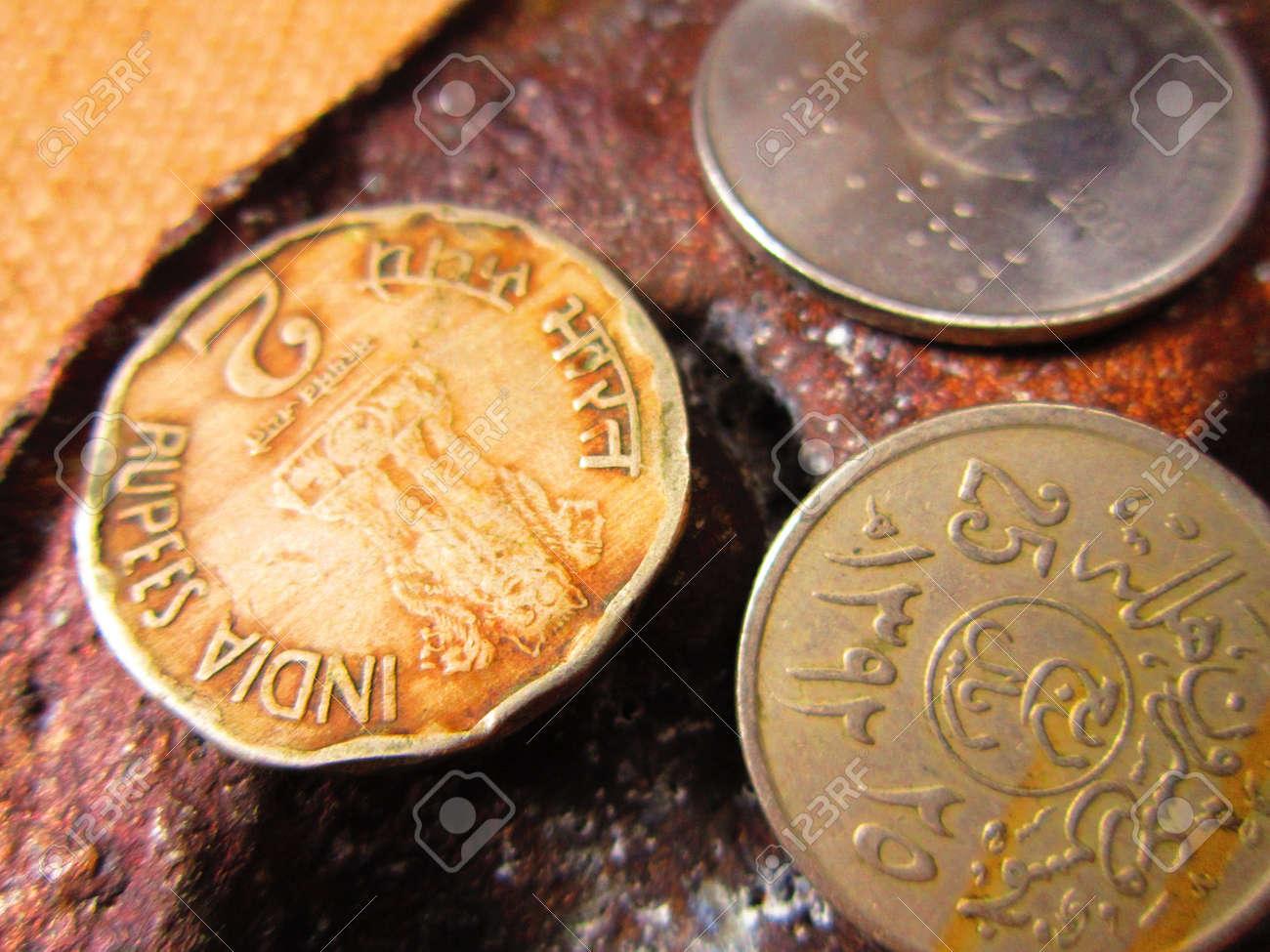 Münzen Verschiedener Länder On Rogh Back Ground Lizenzfreie Fotos