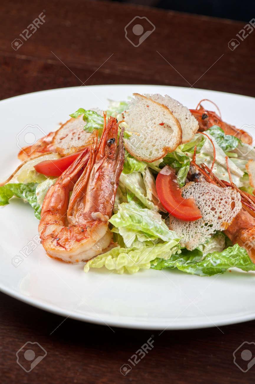 Tasty Garnelen-Salat Mit Gemüse Auf Weihnachten Tisch Lizenzfreie ...