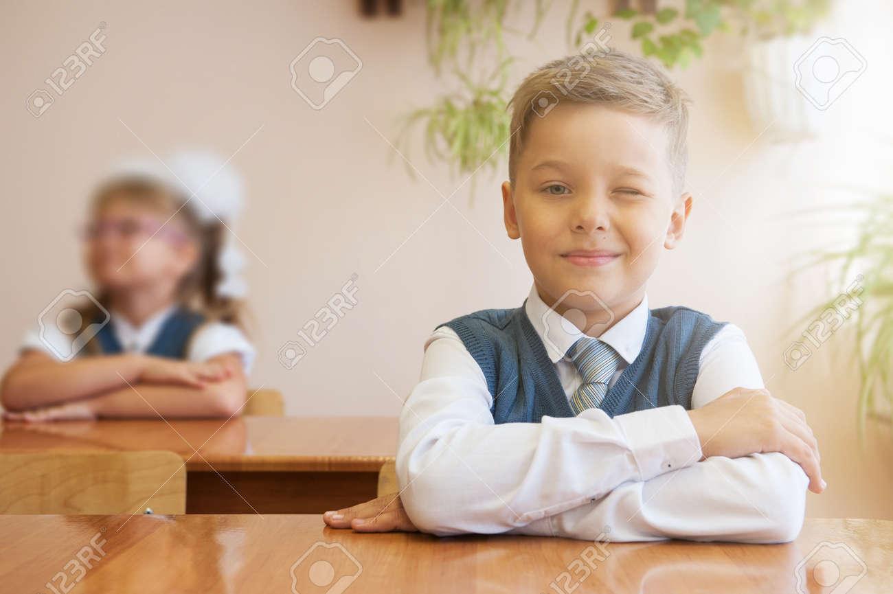 Colier heureux assis à son bureau premier jour à l école banque d