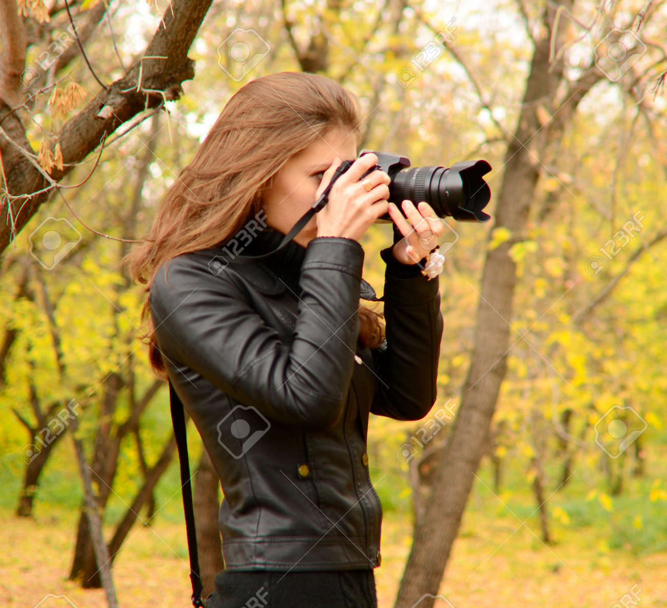 beautiful young woman nature photographer Standard-Bild - 15574725